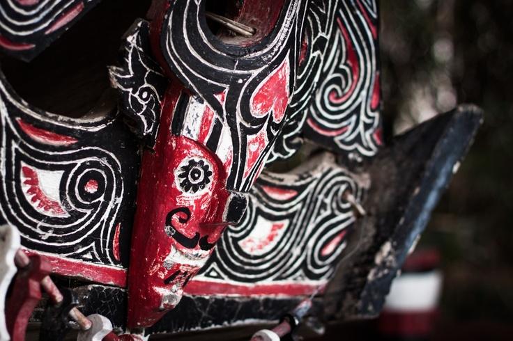 Masque Batak noir, rouge et blanc, Tuk-Tuk, Samosir, Lac Toba, Sumatra, Indonésie