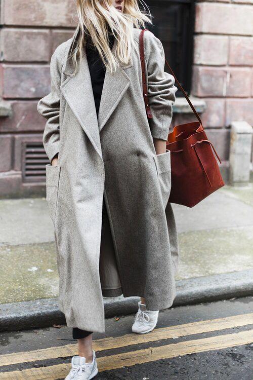 Oversize grey coat, brown bucket bag, white sneakers