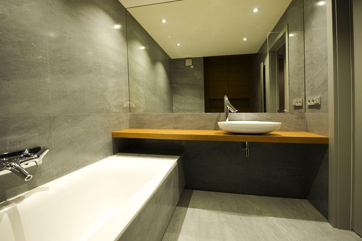 Prosta szara łazienka wykonana z marmuru Carrara Bardiglio. @imarpolska Przedsiębiorstwo Kamieniarskie. Simple grey bathroom made of marble #CarraraBardiglio.