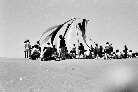"""Acto Poético para la """"Abertura"""" de los terrenos, Ciudad Abierta, Ritoque, 1971. Cortesía del Archivo Histórico Jose Vial"""