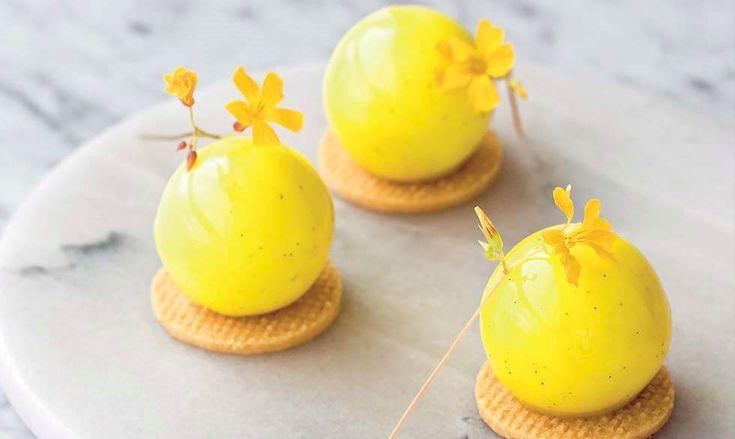 Små citroneksplosioner med sort peber - spejlblanke, gule citronkugler med fuld smæk på syren og strejf af pirrende peber. Geniale som ganerensere eller lille, kæk dessert. De kræver lidt at lave, men jeg lover til gengæld grin og begejstring ved kagebordet!