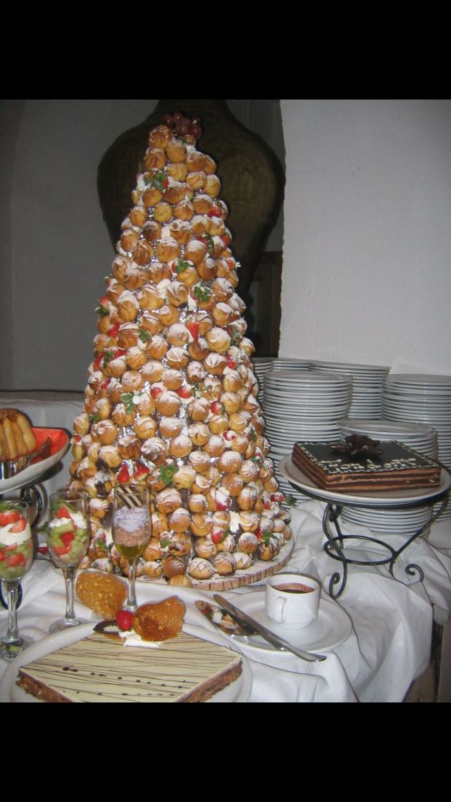 Pyramid of dough puffs with almond cream