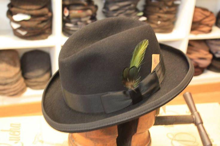 Increíble pieza para nuestra colección, el modelo SAKS de Stetson, un sombrero Homburg clásico entre los clásicos, usado por Churchil, Hercules Poirot o el mismísimo Marlon Brando en El Padrino.   Al ser un sombrero un poco más desconocido que su primo-hermano el bombín, puede vestirse con mas facilidad y sin atraer las miradas que en determinadas circunstancias podría atraer este. Tienes un abrigo largo? un traje de tres piezas? buscas un sombrero para ellos? aquí lo tienes.