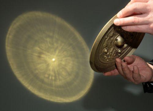 京都国立博物館:「卑弥呼の鏡は魔鏡」再現実験で仮説