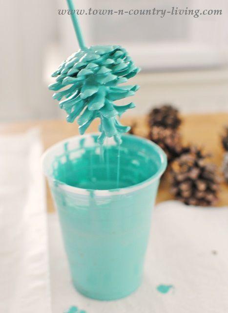 Net even wat anders in huis? Dip dennenappels in verf en maak zo goedkoop geweldige decoratiestukken!