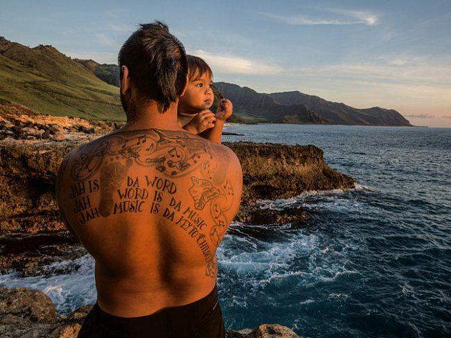 """Moroni Naho'oikaika, hudebník žijící poblíž Makaha, je navýletě jižně odKaena Point se svým synem Ezekielem. Natěle má vytetované věci blízké svému srdci: obrys Havaje, nožky staršího syna, žraloka pro ochranu averš písně, který vyjadřuje jeho víru. """""""
