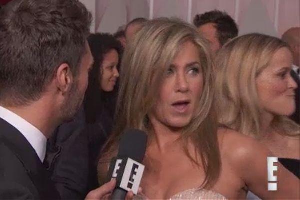 Reese Witherspoon apalpa bumbum de Jennifer Aniston no tapete vermelho do #Oscar >> http://glo.bo/1LxPYgi