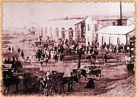 Η οικονομική κρίση της περιόδου 1883-84 προκάλεσε, μεταξύ άλλων, τη δυσαρέσκεια των λαϊκών στρωμάτων στα ανεπτυγμένα κέντρα της χώρας. Στη φωτογραφία εργάτες στα εργοστάσια του Λαυρίου. Αθήνα, Φωτογραφικό Αρχείο Ε.Λ.Ι.Α. © Ελληνικό Λογοτεχνικό Ιστορικό Αρχείο, Αθήνα.