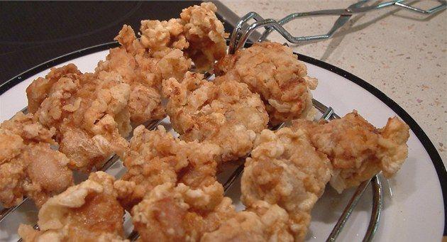 Kam se hrabou kousky z KFC, řekla po ochutnání smaženého kuřecího masa naše kameramanka. Celý fígl tradičního japonského receptu přitom spočívá v použití obyčejného bramborového škrobu, který obalené kousky masa při smažení  jakoby nafoukne.