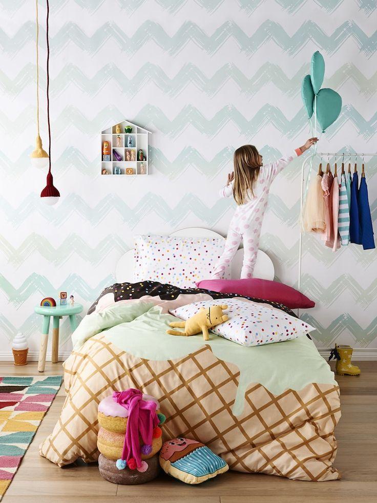 O quarto de uma criança é o ambiente mais importante para ela dentro de casa. É o lugar onde ela dorme, aprende, cresce, descansa e se diverte. Por isso, é muito importante planejar esse ambiente e decorá-lo para que ele satisfaça as necessidades infantis – além disso ainda é preciso que ele seja confortável, divertido e que estimule a criatividade e os sentidos dos pequenos.