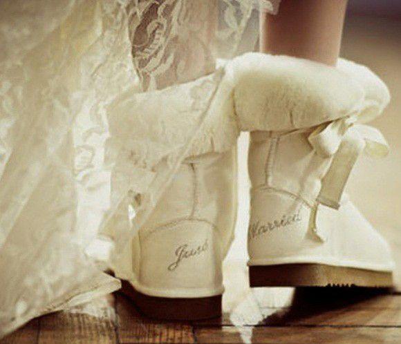 [per la sposa] #Matrimonio in dicembre? Fatevi trovare organizzate in caso di pioggia o neve, scegliete scarpe calde e con la suola in gomma. Un tocco di originalità per rendere più allegro il #ilvostrogiorno più bello!