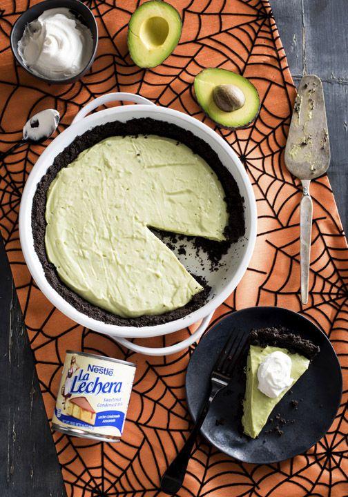 La leche condensada de La Lechera es la clave para dar a esta tarta monstruo verde de aguacate con corteza de chocolate su sabor añadido. Sirve este postre en tu fiesta de Halloween para sorprender a tus amigos y familiares con un giro sobre este suave sabor clásico.