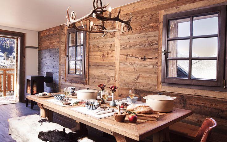Rustikale Holzmöbel, natürliche Materialien und erstklassige Qualität vereinen Katya und Darren in ihrem Chalet. Jeder Aufenthalt wird so zum Spa-Genuss.