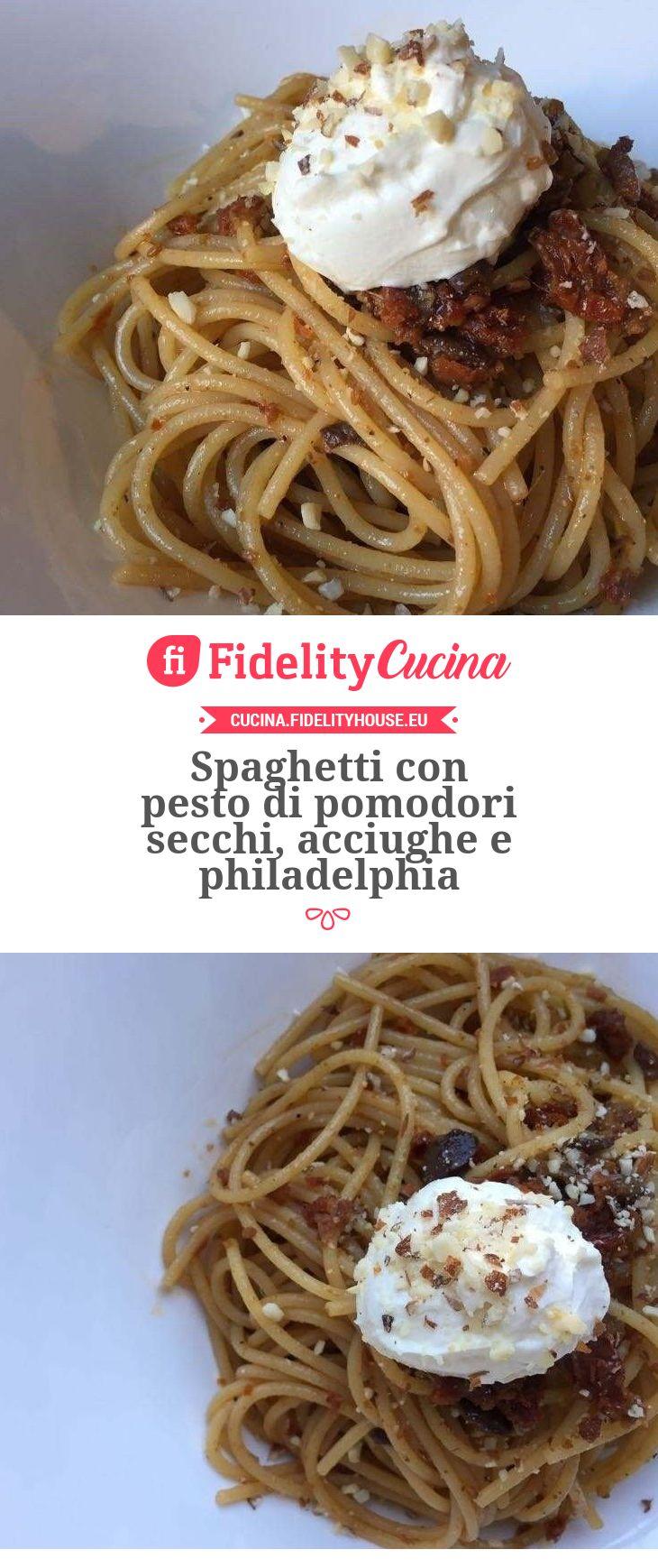 Spaghetti con pesto di pomodori secchi, acciughe e philadelphia