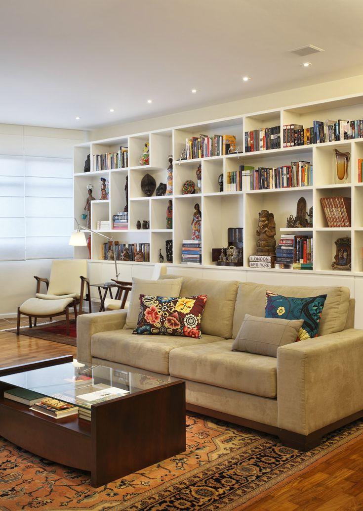 Sala com estante e sofá, com um cantinho para leitura, em um apartamento em Ipanema, no Rio de Janeiro. Fotografia: MCA Estudio.