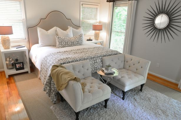 Slaapkamer inrichting: het voeteinde van je bed in een nieuw daglicht. Een knus mini-salon. Rustig wakker worden met een lekker ontbijt terwijl je rustig door de krant bladert of door Pinterest scrollt? Plaats dan twee knusse stoelen en een bijzettafeltje aan het voeteinde van je bed.