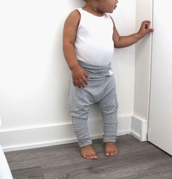 Pantalon évolutif style harem. Bande de taille et ourlet repliables conçus pour être porté longtemps. La coupe ample permet un confort dans les mouvements, parfait pour les couches lavables et le portage. Tissu extensible ultra doux! Chaque pantalon est fait à la main.   95% rayon de bamb