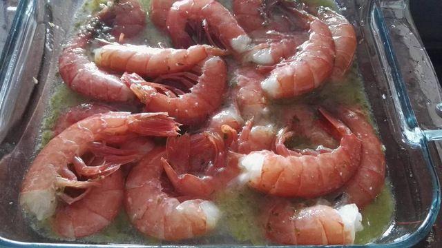 Ricetta secondo piatto di pesce: Gamberoni marinati al vino bianco cotti al forno. Un piatto facile e veloce adatto per la tavola di Natale o Capodanno