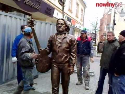 Rzeźba z brązu przedstawiająca postać Tadeusza Nalepy, zwanego ojcem polskiego bluesa stanęła wczoraj na ulicy 3 Maja.