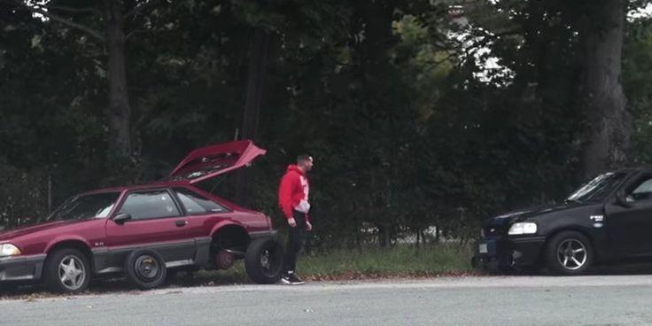 Sein alter roter Mustang hatte einen Platten. Ryan Hamilton stand am Rande einer belebten Straße und machte sich daran, den Reifen auszutauschen.   Aber er hatte nicht vor, sein Auto alleine z