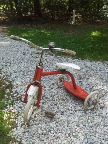 Oude rode driewieler