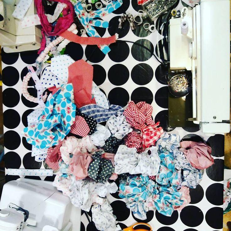 Dagens sybord! Här var de massor av hårband till Jonssons Fik och butik i Enviken! Prickigt ska de va😘 #hårband #återbruk #remadebysara #prickigt #rockabilly #enviken #jonssonsfikochbutik #påsybordet