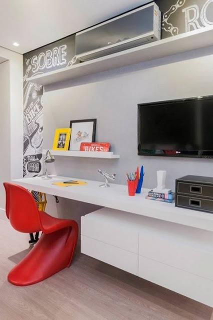 Inspiração: Rack com espaço para computador e prateleira no painel da tv