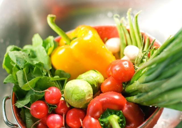 Ha főzés helyett párolunk, ezzel kíméljük a vitaminokat. Nem kell ehhez speciális edény, normál edényben is lehet zöldséget párolni