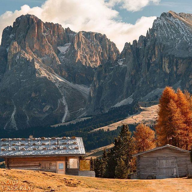 🌍Доломитовые Альпы | Южный Тироль | Север Италии. Ставь лайк💙 Комментируй💬 Подпишись на нас☑ 📝Италия богата солнцем, небом, сладкоголосыми певцами, страстными красавицами, морем, великолепными пляжами, виноградниками, дизайнерами... Но у этой страны есть еще одно сказочное сокровище, это — Доломитовые Альпы. Энциклопедии сухо сообщают, что это горный массив в северо-восточной части страны, что его протяженность 120 км, а самый высокий пик — гора Мармолада, 3342 м. Если кратко…