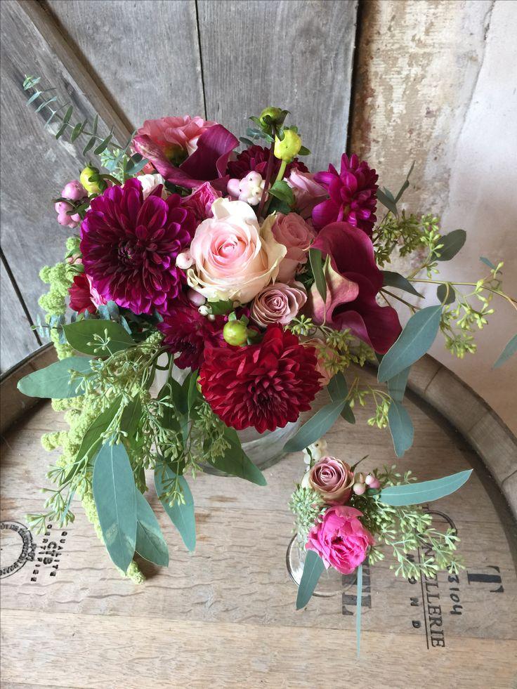 Brautstrauss für Hochzeit in den Fraben Marsala, rosa und grün. Passend zum rustikalen Stil und dem Thema Wein