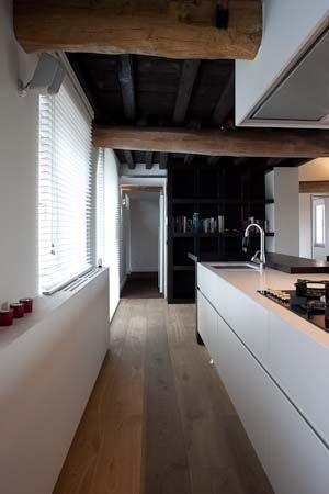 * k i t c h e n * super mooi. Het landelijke plafond met de strakke keuken en mooie houten vloer.