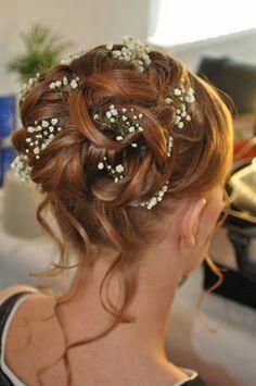 Prachtig bruidskapsel met verse bloemen.
