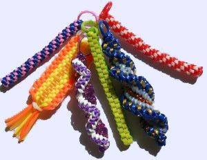 Le Scoubidou est une tocade du début des années 1960. À l'aide de tuyaux en plastique souple de section millimétrique, on tresse des boudins colorés. Le nom de scoubidou vient du provençal escoba (balai). Les enfants provençaux de Lapalud, capitale du balai à la fin du XIXe siècle, récupéraient les poils des balais en sorgho, puis plus tard en Rilsan (sorte de nylon issu du ricin pouvant être coloré à volonté) pour les tresser entre eux. Les scoubidous sont rendus célèbres grâce à Sacha…