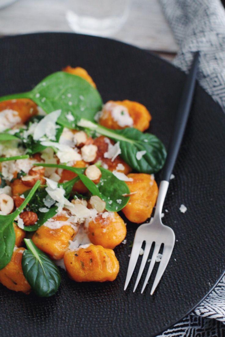 Après quelques semaines de voyage, je reviens par ici pour vous livrer une bonne petite recette de gnocchis à la patate douce, ricotta et b...