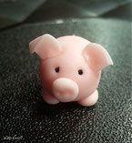 aus leicht rosa, eingefärbter Dekormasse oder Marzipan, eine runde Kugel formen (Bauch) 4 kleinere Kugerln(Füsse) für die Ohren, kleines Kugerl etwas flachdrücken