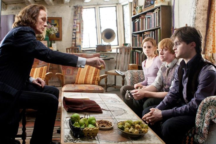 HARRY POTTER AND THE DEATHLY HALLOWS: PART 1, from left: Bill Nighy, Emma Watson, Rupert Grint, Daniel Radcliffe, 2010. ph: Jaap Buitendijk/©2010 Warner Bros. Ent. Harry Potter publishing rights ©J.K.R. Harry Potter characters, names and related indicia ar
