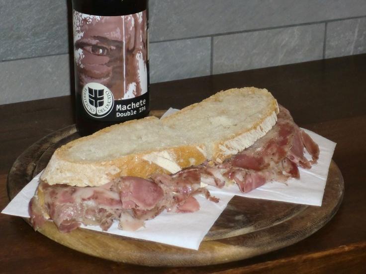 """Panino con la soppressata e birra artigianale Machete double IPA del Birrificio del Ducato.  A sandwich with """"soppressata"""" and an italian beer from a microbrewery, the Machete double IPA. #IPA"""