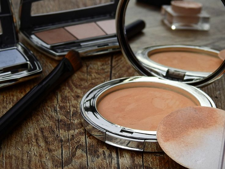Curious about the differences between powder makeup and liquid makeup? Want an answer to the everlasting powder makeup vs. liquid question? Find out here!