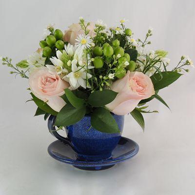 Te con amigos: 6 rosas con follaje variado. Este arreglo va en una base de taza de té.  costo $58.000. Solicítalo ya: Teléfono +571 2159030 o al correo electrónico clientes@lapetala.com.    Cómpralo en nuestra página www.lapetala.com