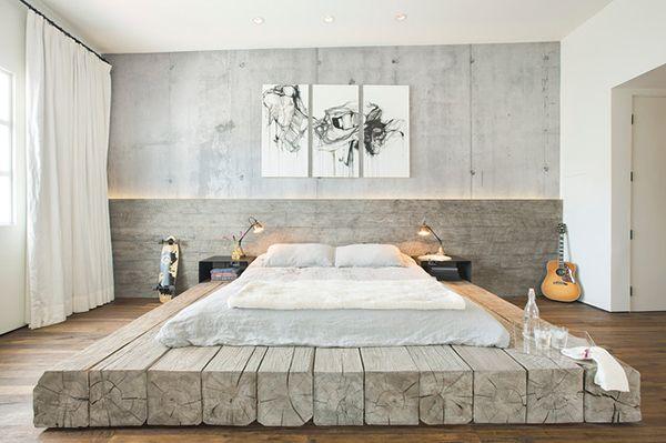 Stijlvolle #slaapkamer met heel #bijzonder bed. Het #matras ligt op een groot…