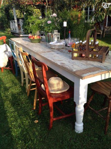 Stort matbord i lantlig rustik stil   Södermanland