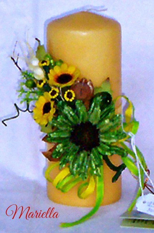 decorazione composta da : girasole di legno verde, ghianda, nigella, chiodi di garofano decorati con perline gialle. Girasoli, bacche verdi, rafia verde e gialla.