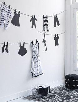 """Muurschildering waslijn, misschien leuk op de meiden hun kamers met knijpers met krijtbord verf erop? in dezelfde kleur als de """"kleertjes"""" op de muur"""