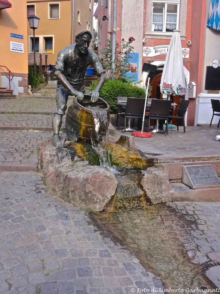 ... fontana sorgiva con botte rovesciata (Kiwwel Schisser) ... Mosbach (D) - 07/07/2015  -  © Umberto Garbagnati -
