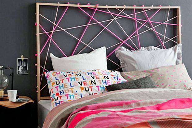 Algunas alternativas para la cabecera de tu cama  Una estructura simple y sogas de colores juegan con el tono de la pared del fondo en este dormitorio moderno.         Foto:Decorativebedroom.com