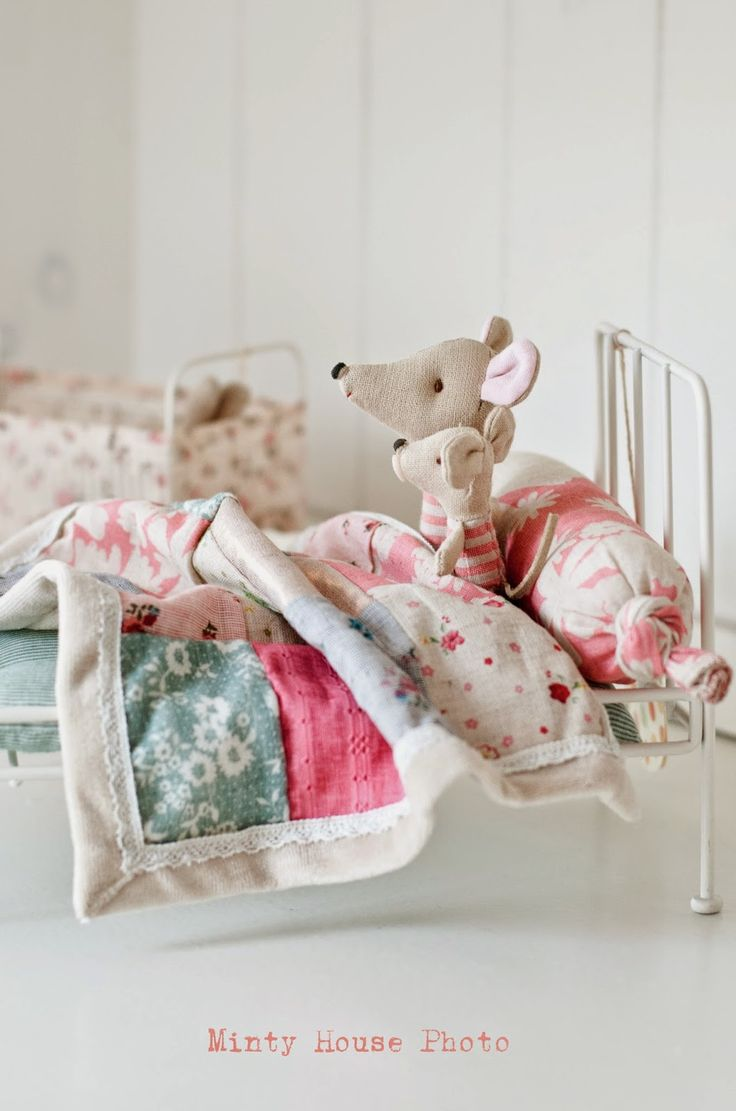 Sweet, tiny beds and quilts for little mouse sisters...so shabby!