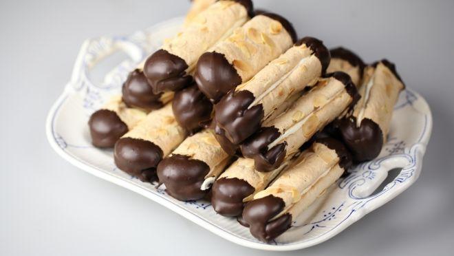 Tatlı konuşalım, güne tatlı başlayalım! Günün tarifi, mükemmel bir lokmayla başlayıp, mükemmel bir lokmayla sona eren çikolataya batırılmış çıtır kurabiye...   http://24kitchen.com.tr/tarifler/cikolataya-batirilmis-citir-kurabiye