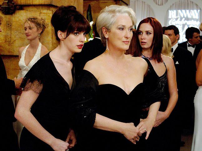 """""""Le diable s'habille en Prada"""" va avoir une suite. The Devil wears Prada. Meryl Streep. """"Le diable s'habille en Prada"""" va avoir une suite """"Le diable s'habille en Prada"""" va avoir une suite © Twentieth Century Fox Le 19 décembre 2017, Lauren Weisberger, auteure du célèbre roman """"Le diable s'habille en Prada"""", a dévoilé la couverture de son prochain livre. Et l'intrigue tournera autour d'Emily Charlton, l'autre assistante de Miranda Priesly."""
