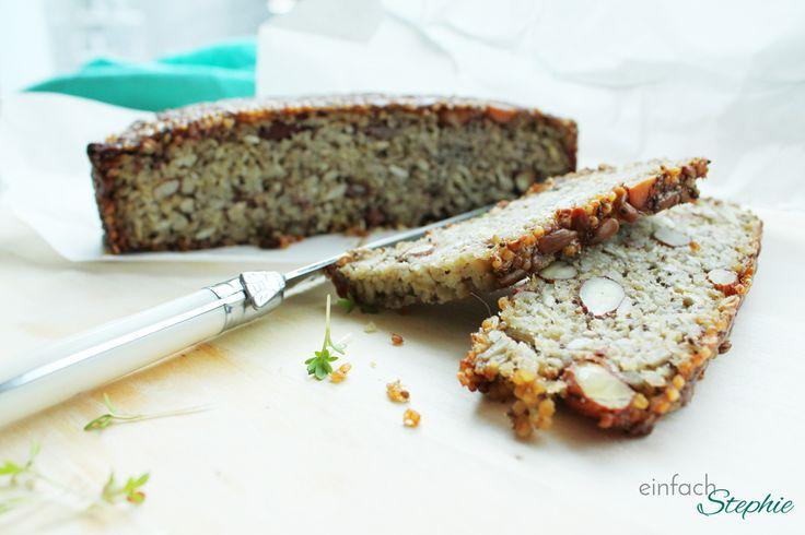 Brot ohne Mehl: Mein Müsli-Brot zum Basenfasten. Eine Scheibe Brot ohne Mehl in Scheiben