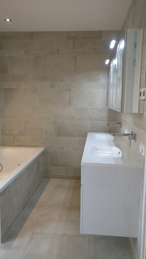 Betonlook wandtegels in badkamer viva badkamer tegels - Fliesen taupe ...